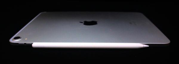 Apple Pencil 第二世代を iPad Pro 11インチに接着している姿。少し厚さがはみでます。