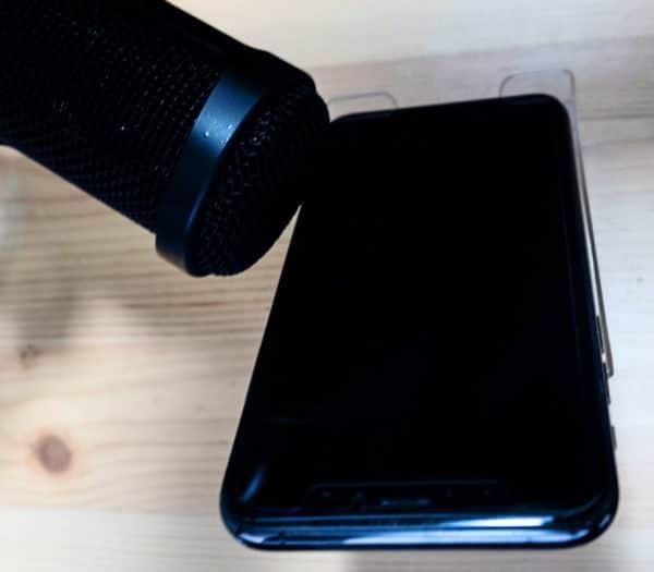 マイクでスマートフォンのBGMを拾うのは簡単です。