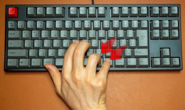 Quattroのポインティングスティックを右手で使うのは無理を感じがち。特に右薬指と小指での操作はツラい。