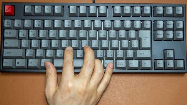 Quattroのポインティングスティックを右手で使う配置は、右手の指を全て駆使しなくてはいけまえん。