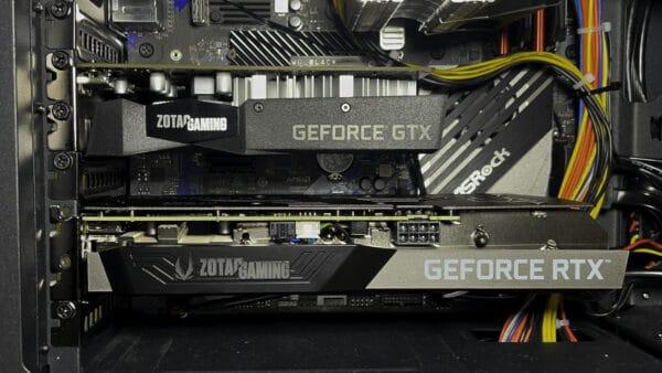グラフィックボードを自作PCに取り付けた写真です。上はGeforce GTX 165、下はGeforce RTX 3060です。この2枚だけでケース内は目一杯です(汗)