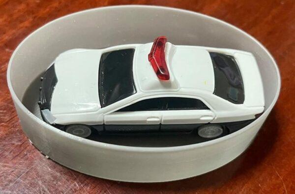 PETGフィラメントをスパイラル(花瓶)モードで印刷した楕円のシンプルな深皿の活用例2は、トミカの駐車場…