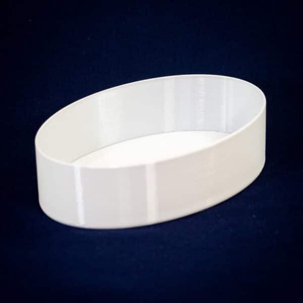 PETGフィラメントをスパイラル(花瓶)モードで印刷した楕円のシンプルな深皿は、白い方が料理が美味しそうに見えますね。