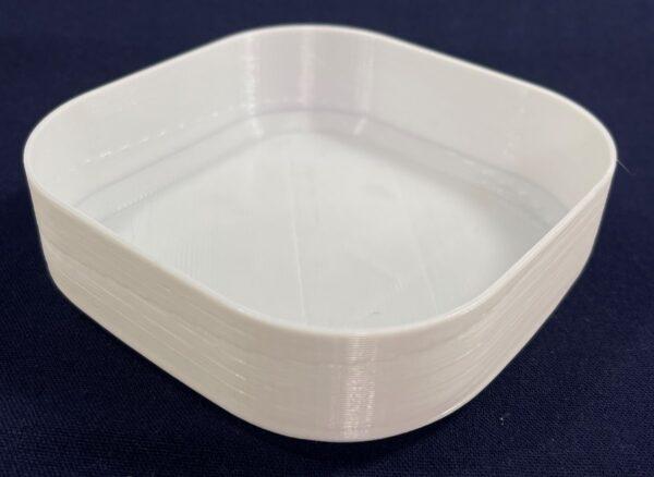 PETGフィラメントをスパイラル(花瓶)モードで印刷した丸四角形のシンプルな深皿も、白い方が料理が美味しそうに見えますね。
