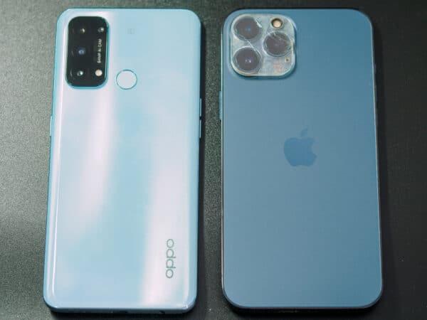 OPPO Reno5A(左)とiPhone 12 Pro Max(右)を比べると、サイズに大きな違いは無いですが、OPPO Reno5Aの方がかなり軽く感じます。