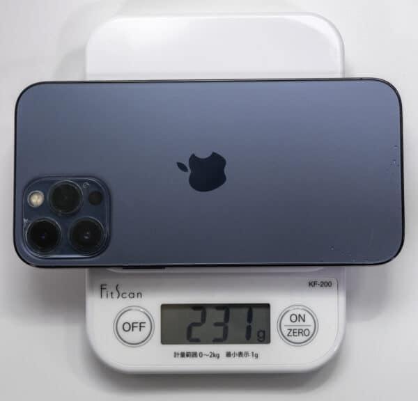 iPhone 12 Pro Maxを計量器に載せた